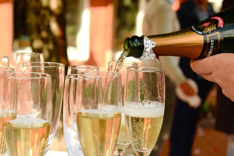 http://www.winecellar.ru/upload/medialibrary/f11/champagne_2407247_960_720.jpg